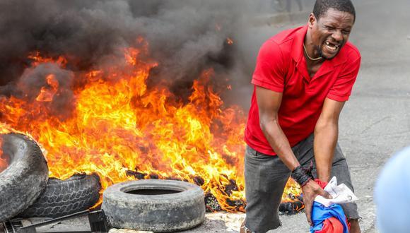 Los manifestantes de la oposición queman neumáticos durante una protesta para exigir la salida del presidente de Haití Jovenel Moise. (Foto de Valerie Baeriswyl / AFP).