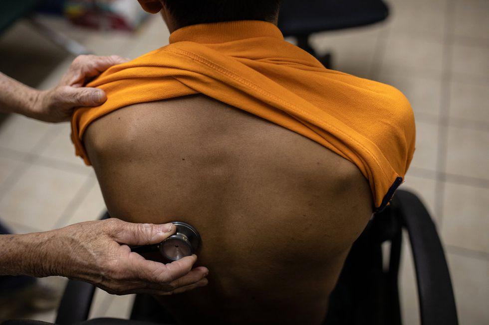 Un médico voluntario examinaba a un adolescente guatemalteco enfermo en la clínica médica en Casa Óscar Romero, un refugio para migrantes en El Paso, Texas. (Tamir Kalifa para The New York Times).