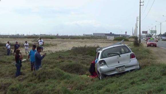 Pareja de esposos salvó de morir tras choque de auto con poste