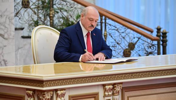 El presidente de Bielorrusia, Alexander Lukashenko, firma un documento durante su ceremonia de inauguración en Minsk el pasado 23 de septiembre de 2020. (Andrei STASEVICH / BELTA / AFP)