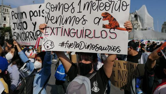 Jóvenes protestan en la Plaza San Martín en la sexta marcha nacional contra la vacancia presidencial (Foto: Óscar García).