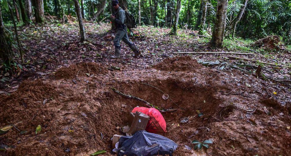 Biblias, mensajes alusivos a Satanás y ropa amontonada aún se pueden ver en la iglesia improvisada donde ocurrió la masacre, ubicada en medio de la jungla. (Foto: AFP)