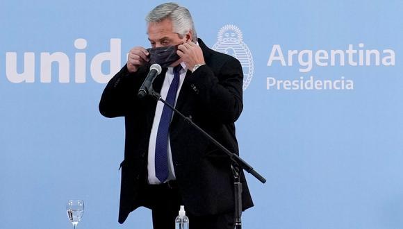 El presidente Alberto Fernández se pone una mascarilla durante una conferencia de prensa. (REUTERS).