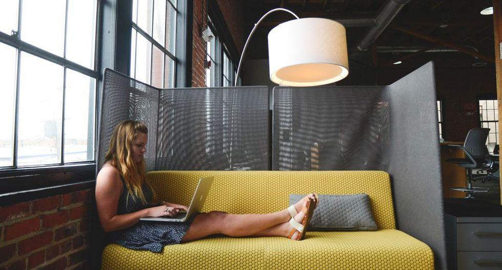 La luz azul que emiten las computadoras o celulares está relacionada con la aparición o la acentuación de las manchas en la piel. (Foto: Pixabay)