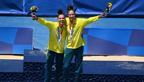 Las australianas Mariafe Artacho del Solar y Taliqua Clancy (d), medallistas de plata, sonríen tras la ceremonia de victoria de la prueba de voley playa femenino durante los Juegos Olímpicos de Tokio 2020, en el parque Shiokaze de Tokio, el 6 de agosto de 2021. (Photo by Daniel LEAL-OLIVAS / AFP)