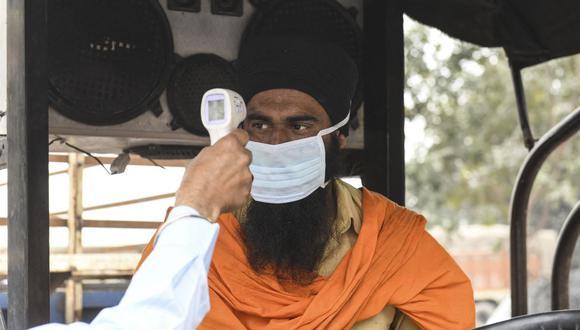 La India continúa experimentando la mayor alza de casos de coronavirus del mundo, y las autoridades contabilizaron hoy 259.170 nuevos contagios. (Foto: NARINDER NANU / AFP).