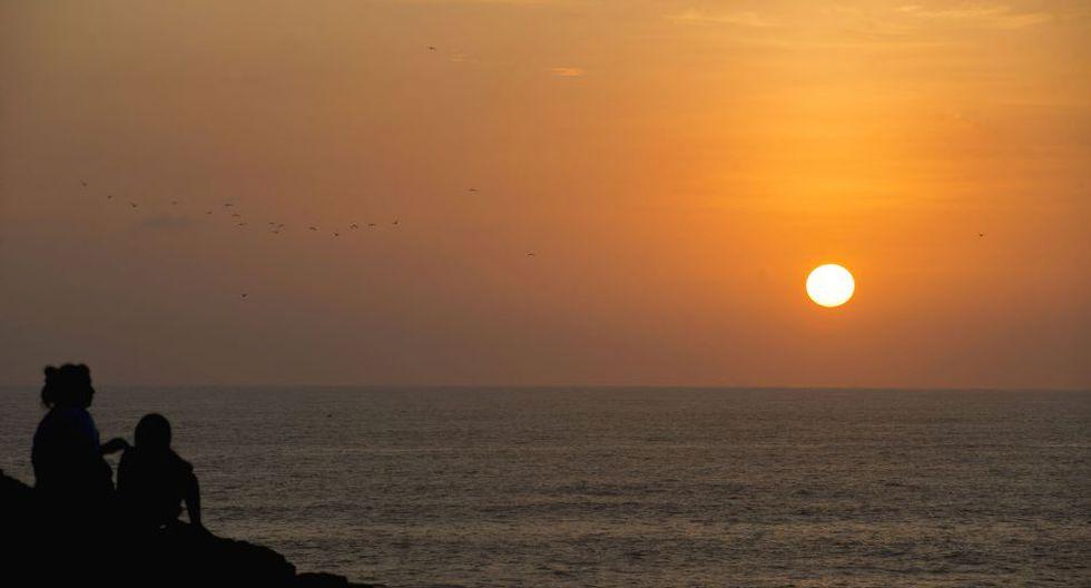 Mirador en Las peñas, lado izquiero del balneario, el sunset dura unos 15 minutos, concentrando atenta mirada de la familia de un pescador cordelero.  (Foto: Flor Ruiz - @florruizperu)