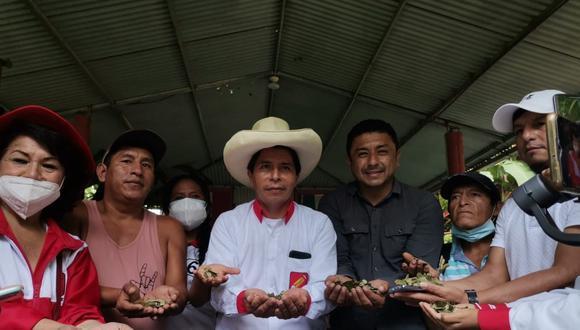 El 6 de marzo, Guillermo Bermejo estuvo en Pichari junto a Pedro Castillo reunido con un grupo de agricultores cocaleros del Vraem. (Foto: Facebook)