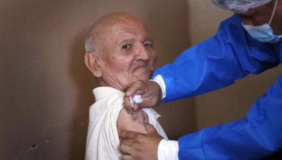 """Una enfermera administra una vacuna AstraZeneca COVID-19 a un paciente anciano en el hogar de ancianos """"Santo Domingo"""" Asunción, Paraguay. (Foto: AP / Jorge Sáenz)"""