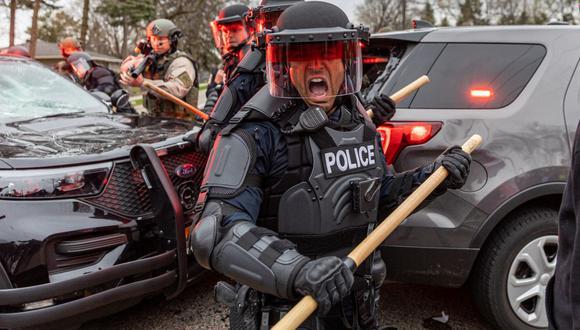 Los oficiales de policía chocan con los manifestantes en Brooklyn Center, Minneapolis, Minnesota, el 11 de abril de 2121. (Foto de Kerem Yucel / AFP).