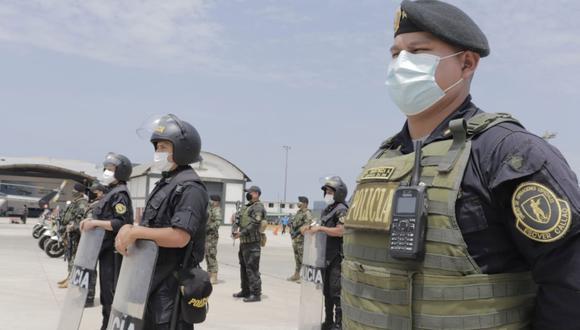 Los policías que trabajan en primera línea son vacunados con las dosis del laboratorio Pfizer. (Foto: PNP)