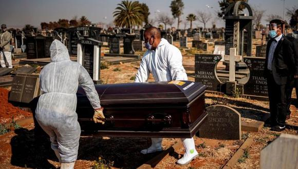 Según cifras oficiales, Sudáfrica tiene la peor tasa de mortalidad por coronavirus del continente. (Foto: AFP)