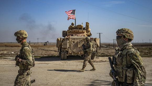 Soldados de Estados Unidos patrullan por los campos petrolíferos de Suwaydiyah, en la provincia de Hasakah, al noreste de Siria, el 13 de febrero de 2021. (Foto de Delil SOULEIMAN / AFP).