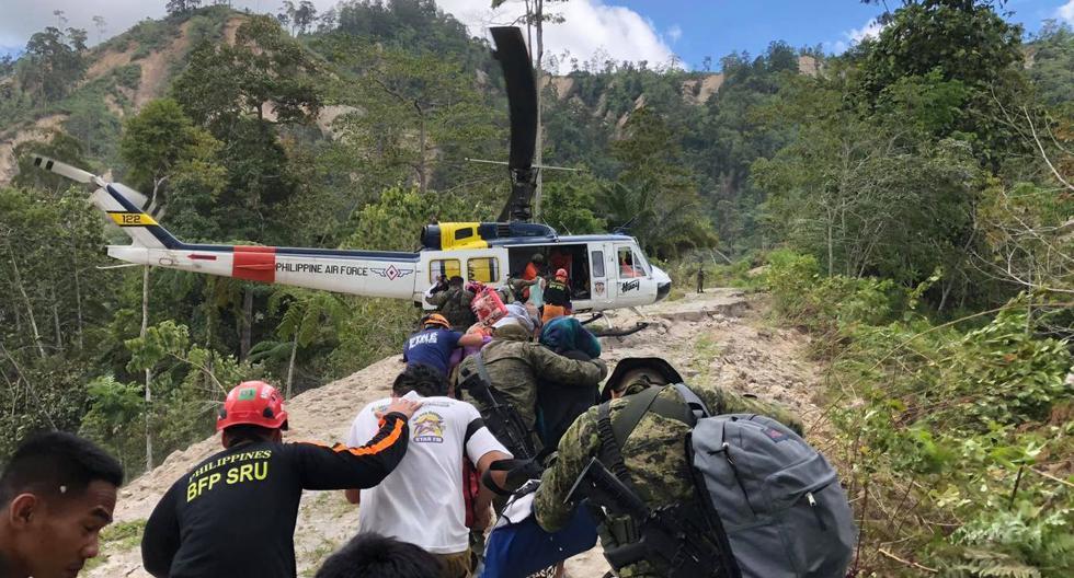 Esta foto publicada el 3 de noviembre de 2019 por la Agencia de Información de Filipinas muestra a los rescatistas y soldados evacuando a los aldeanos a un helicóptero después de que estuvieran atrapados en sus hogares en la cima de una montaña en la ciudad de Makilala, en la provincia norteña de Cotabato, en la isla sureña de Mindanao. (AFP)