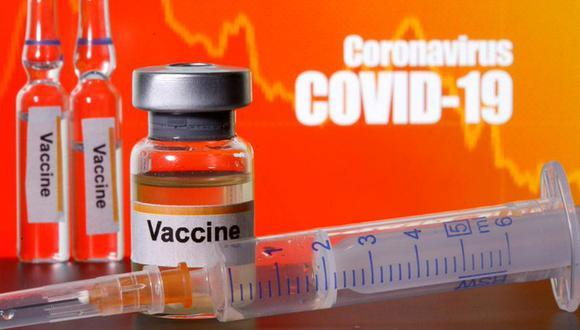 """Pequeños frascos etiquetados con pegatinas de """"Vacuna"""" cerca de una jeringuilla médica frente a las palabras """"Coronavirus COVID-19"""" en una fotoilustración tomada el 10 de abril de 2020. (REUTERS/Dado Ruvic/Foto de archivo)."""