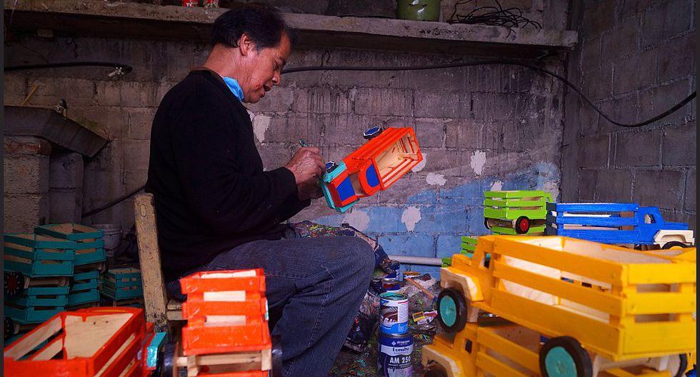 El artesano Mario Jacinto Hernández trabaja en su pequeño taller el 20 de mayo de 2019, en San Cristóbal de las Casas, en el estado de Chiapas. (Foto: EFE)