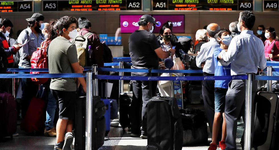 Viajeros hacen cola en el aeropuerto internacional de Los Ángeles, California. EFE