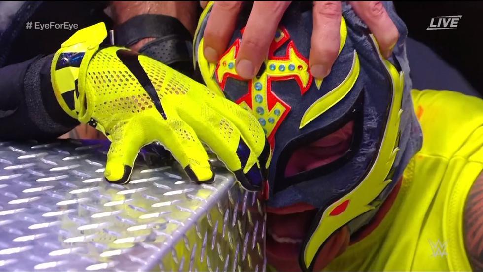 Así fue como Rey Mysterio 'perdió el ojo' en su lucha contra Seth Rollins en Extreme Rules | Fotos: Captura WWE