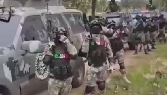 Más de 70 sicarios armados sobre vehículos militares del Cártel de Jalisco Nueva Generación (CJNG) se exibieron en un video que se viralizó en redes sociales. Las imágenes hicieron saltar las alarmas de la DEA sobre México. (Foto: captura de video en Twitter)