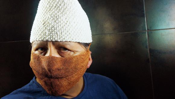 Coronavirus. Juan Ernesto Pacheco presenta su mascarilla elaborada con ocho hebras de cobre.