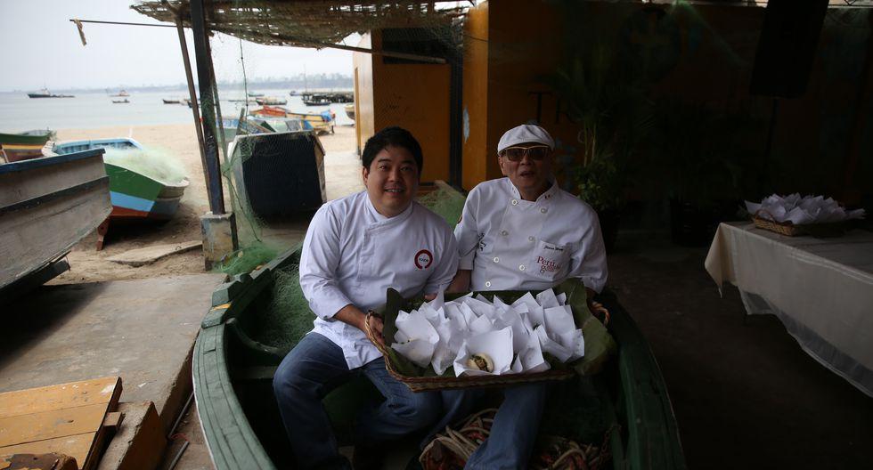 Micha Tsumura y Javier Wong en el Muelle de Chorrillos, en 2015 como parte del concurso del Mejor pan con pescado. (Foto: Alonso Chero)