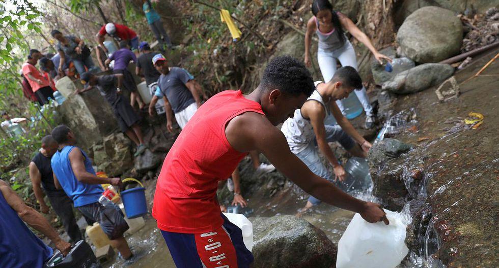 La escasez de agua potable ha llevado a muchos venezolanos a buscar el recurso en ríos, manteniales y otras fuentes. (Foto: Reuters)