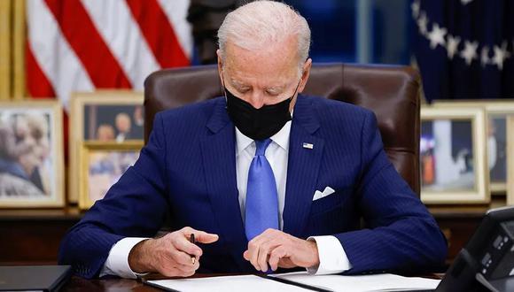 Este lunes por la noche, la norma firmada por Joe Biden para el uso de mascarillas en el transporte público entró en vigor en Estados Unidos. (Foto de archivo: Reuters)