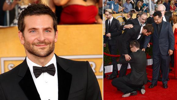 Reportero se lanzó a los pies de Bradley Cooper