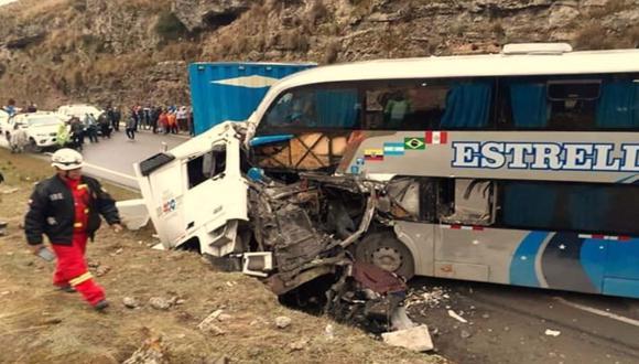 La colisión de un ómnibus interprovincial de la empresa Estrella Polar contra un semitráiler en la Carretera Central (Junín) dejó esta madrugada cinco fallecidos y más de 14 heridos. (Foto: Andina)