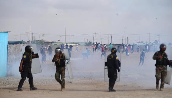 Los empresarios señalan que suspenden sus actividades por la violencia desatada en sector. En la imagen, policías enfrentándose con los manifestantes para retomar el control de la Panamericana Sur, en Ica. Al final, la policía desbloqueó la carretera. (Foto: Hugo Curotto / GEC)