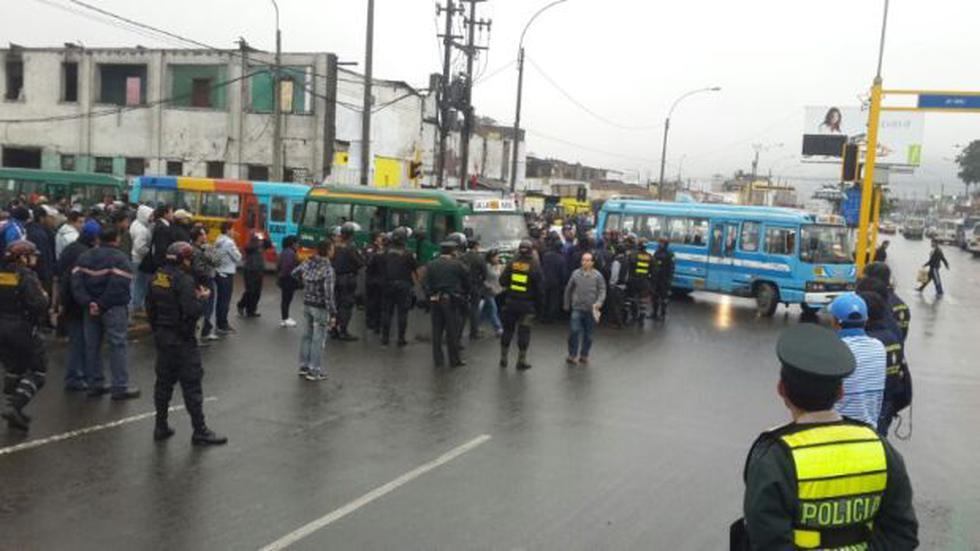 Choferes bloquean avenida Tacna con cústers y generan caos - 1
