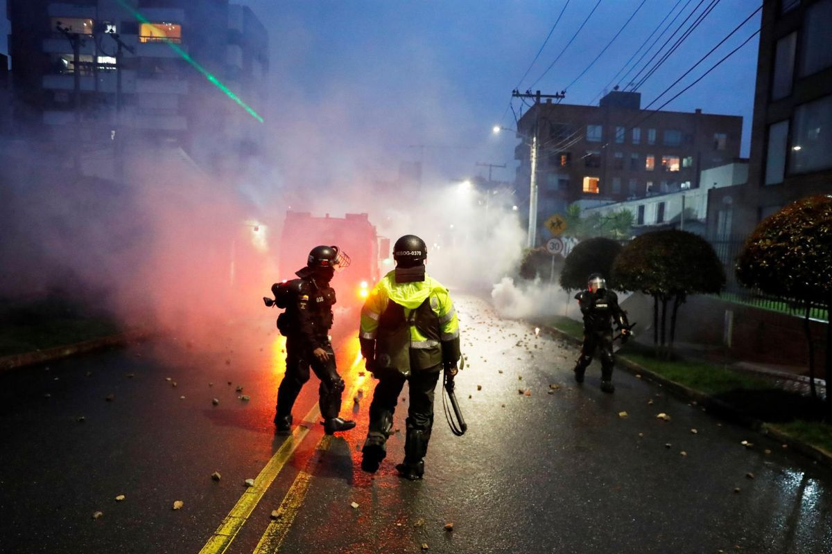 Members of the Mobile Anti-Riot Squad (ESMAD) confront protesters who arrive in the neighborhood where Colombian President Iván Duque resides. (EFE / Mauricio Dueñas Castañeda).