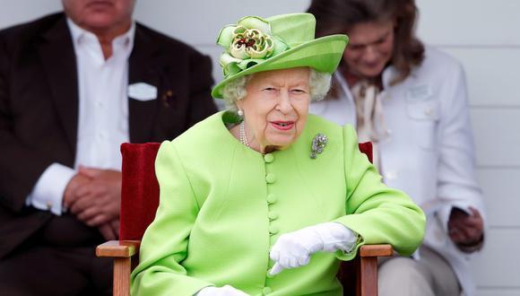 Isabel II se preocupa por tener las manos bien hidratadas y reducir la apariencia de las manchas. Además, nunca sale sin sus guantes. (Foto: Max Mumby/ Getty Images)