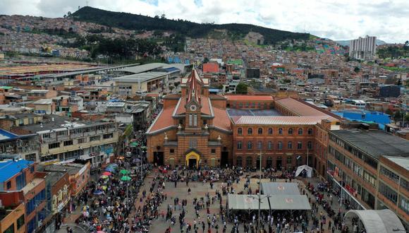 Fieles católicos asisten a la tradicional misa del Domingo de Ramos que marca el inicio de las celebraciones de la Semana Santa, frente a la Iglesia 20 de Julio en Bogotá, el 28 de marzo de 2021, en medio de la pandemia del coronavirus COVID-19. (Foto de Raúl ARBOLEDA / AFP).