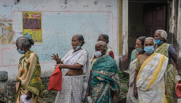 Mujeres hacen cola mientras esperan recibir una dosis de la vacuna Covishield contra el coronavirus Covid-19 en Siliguri, India, el 19 de septiembre de 2021. (Foto referencial, Diptendu DUTTA / AFP).