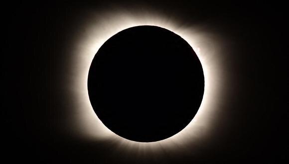Imagen del eclipse total de Sol visto desde Piedra del Aquila, Neuquen, Argentina, el 14 de diciembre de 2020. (Foto: RONALDO SCHEMIDT / AFP)