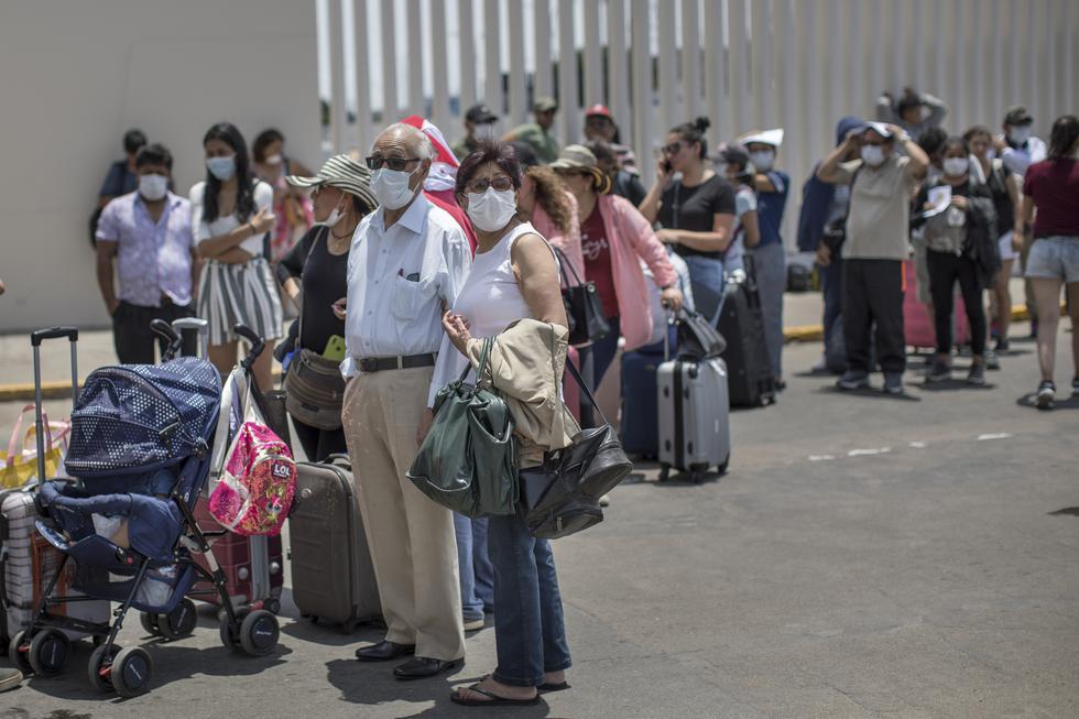 Pasajeros reclaman en la puerta principal del Aeropuerto Internacional Jorge Chávez, tras quedar varados en plena cuarentena. La mayoría de ellos tenía como destino Arequipa (Foto: Anthony Niño de Guzmán).