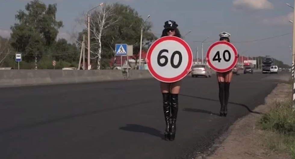 Rusia: Mujeres en topless vigilan exceso de velocidad [VIDEO]