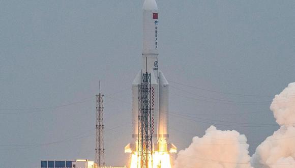 Esta foto tomada el 29 de abril de 2021 muestra al cohete Long March 5B que transporta el módulo central de la estación espacial Tianhe de China, despegando del Centro de Lanzamiento Espacial Wenchang, en la provincia de Hainan. (Foto: AFP).