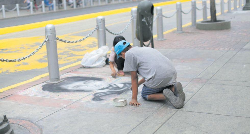 En el Centro de Lima se puede encontrar a menores que dibujan en el suelo y piden dinero a los transeúntes. Según la fiscalía , algunos son captados por tratantes de personas. (Foto: Anthony Niño de Guzmán)