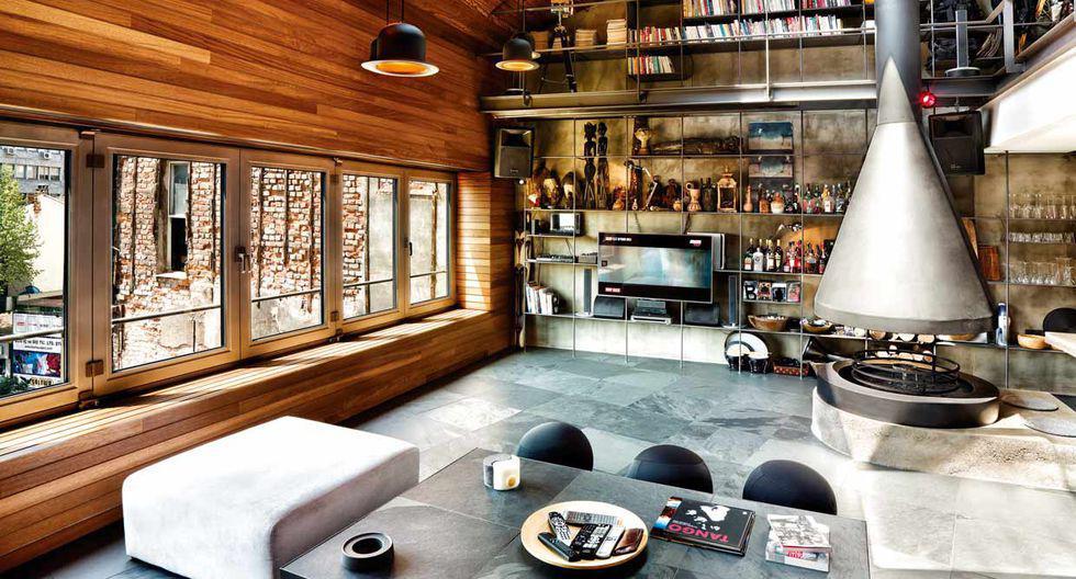 Para proyectar calidez en este loft se instalaron listones de madera iroko en la pared y el techo. (Foto: Koray Erkaya)