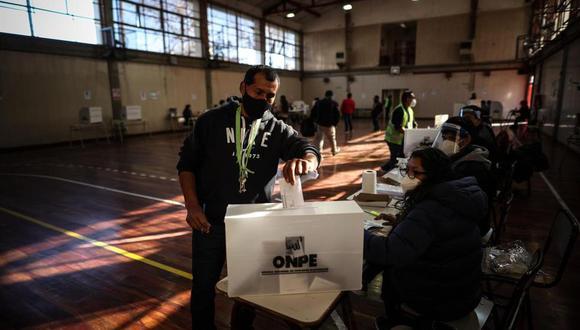 Un peruano deposita su voto en uno de los centros electorales dispuestos para las elecciones del Perú en Buenos Aires, Argentina, el 6 de junio del 2021. (EFE/ Juan Ignacio Roncoroni).