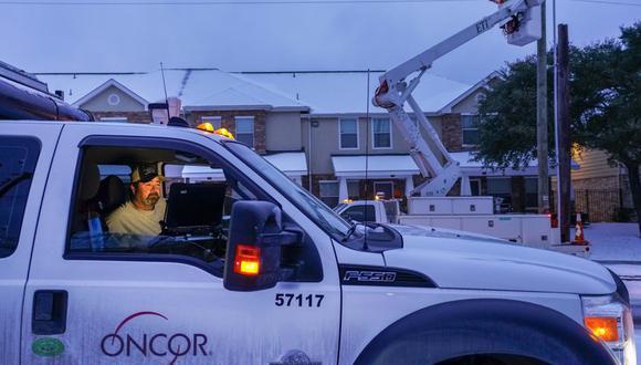 Un equipo de Oncor trabaja en la calle Elsie Faye Higgins mientras continúan los cortes de energía en todo el estado de Texas tras una segunda tormenta de invierno que trajo más nieve y temperaturas bajo. (Smiley N. Pool / The Dallas Morning News vía AP).