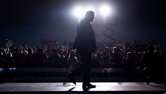 El presidente de Estados Unidos, Donald Trump, llega para hablar en un mitin de campaña en el aeropuerto de Minden-Tahoe en Minden, Nevada. (Foto de Brendan Smialowski / AFP).