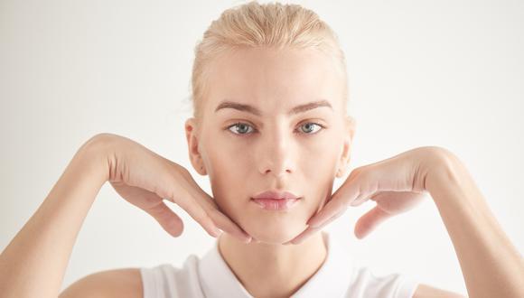 El yoga facial es una mezcla de posturas y ejercicios con los que podemos utilizar todos los músculos de la cara, siendo eficaces contra las arrugas y la flacidez de la piel. (Foto: Shutterstock)