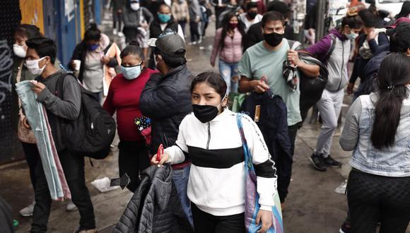 Ambulantes son retirados de la Av. Manco Capac para evitar la aglomeración de personas. Foto: Leandro Britto / GEC