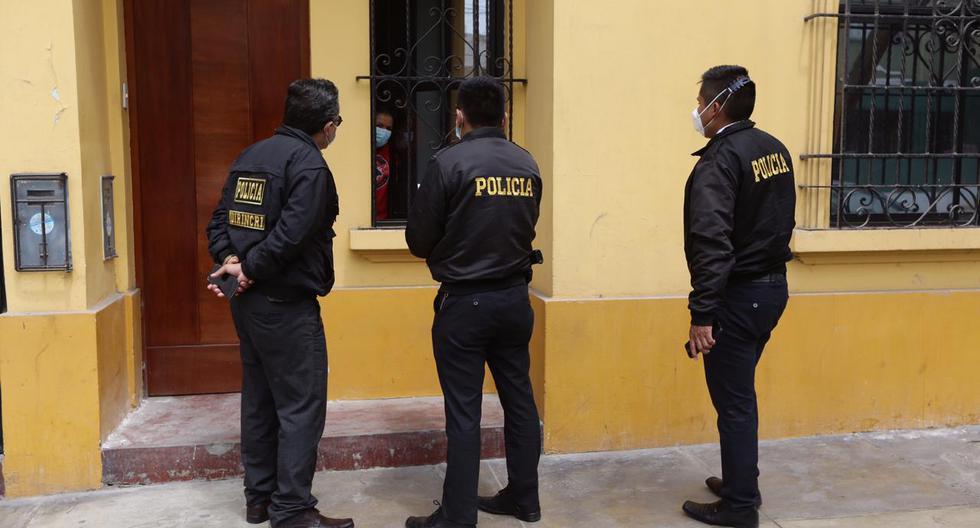 En las últimas 12 horas, la vivienda del periodista Alonso Chero ha recibido a varios policías que le solicitan entregar la evidencia del ataque que sufrió en la marcha: una canica de vidrio que le extrajeron de la espalda por cirugía.