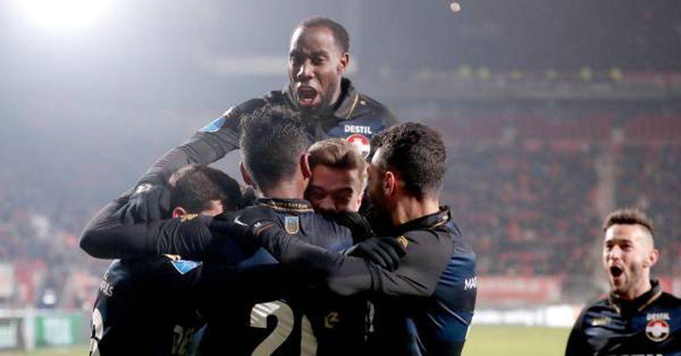 Renato Tapia abrazando al autor del gol en compañía de un grupo numeroso de Willem II. (Foto: Agencias)
