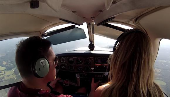 Una familia a bordo de una avioneta paso minutos muy tensos tras romperse el acelerador en pleno vuelo. (Foto: Captura YouTube)