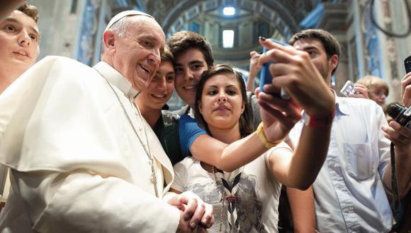 El papa Francisco al  interior de la basílica de San Pedro con jóvenes creyentes. En la base de Las Palmas, en el Perú, fue a verlo casi un millón y medio de personas. [Foto: AP]